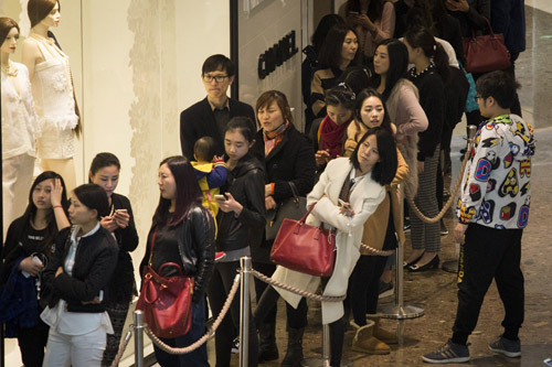Người Trung Quốc xếp hàng đổ xô mua Chanel hạ giá - 3