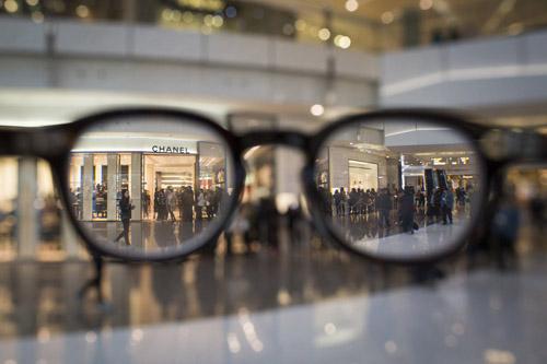 Người Trung Quốc xếp hàng đổ xô mua Chanel hạ giá - 2