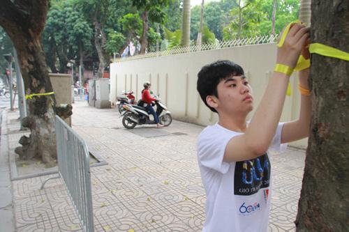 Giới trẻ Hà Thành thắt nơ bảo vệ cây trên phố - 4