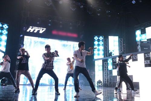 """Isaac """"đốn tim"""" fan nữ trên sân khấu HTV Awards - 4"""