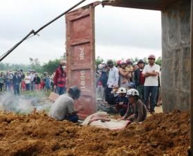 Va chạm với xe ben, một phụ nữ bị vùi sâu trong đất