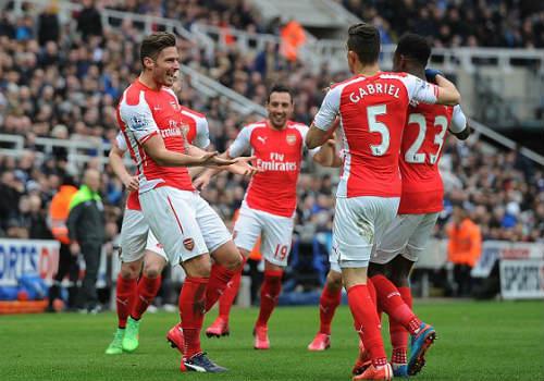 Newcastle - Arsenal: Tim đập chân run - 1
