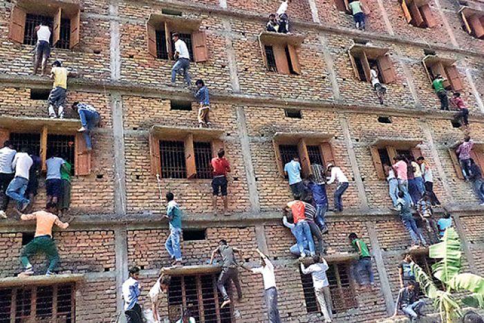 Ấn Độ: Nổ súng trấn áp gian lận thi cử sau video sốc - 1