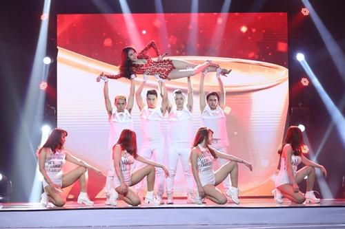 Thủy Tiên quá đỗi gợi cảm trên sân khấu HTV Awards - 5