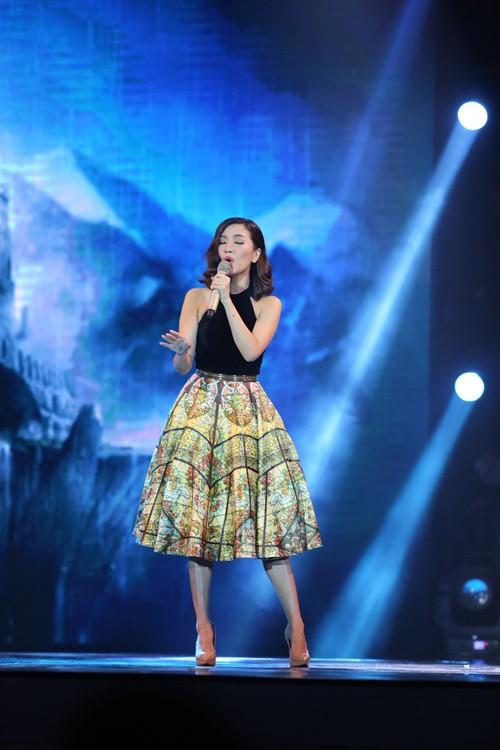 Thủy Tiên quá đỗi gợi cảm trên sân khấu HTV Awards - 10