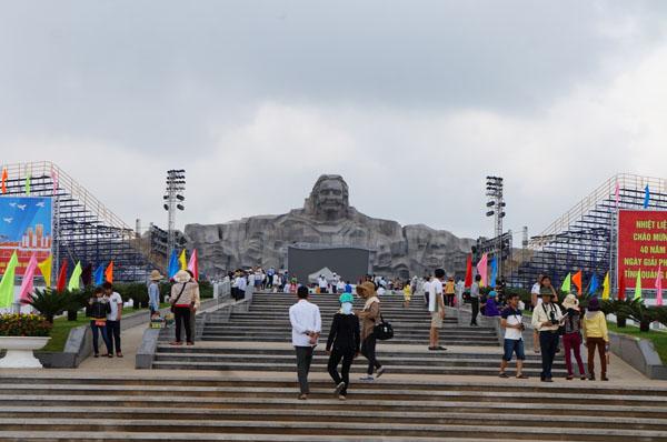 Dân đổ về tham quan tượng đài Mẹ Việt Nam Anh hùng - 2