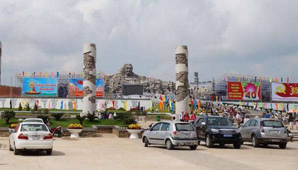 Dân đổ về tham quan tượng đài Mẹ Việt Nam Anh hùng - 1