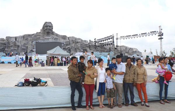 Dân đổ về tham quan tượng đài Mẹ Việt Nam Anh hùng - 4