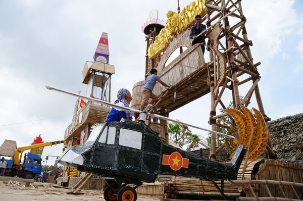 Dân đổ về tham quan tượng đài Mẹ Việt Nam Anh hùng - 12