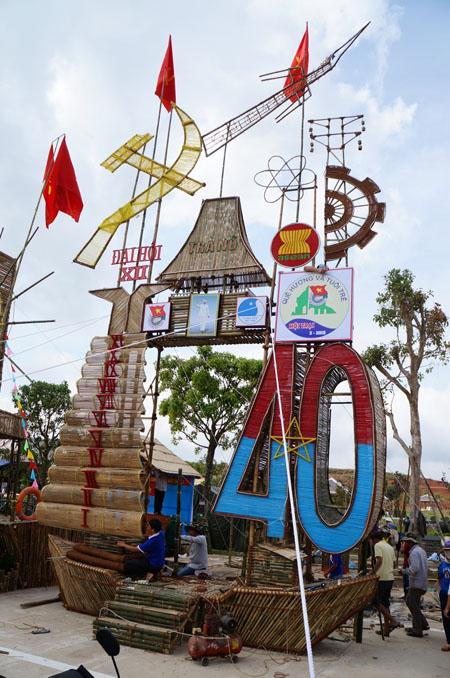Dân đổ về tham quan tượng đài Mẹ Việt Nam Anh hùng - 10