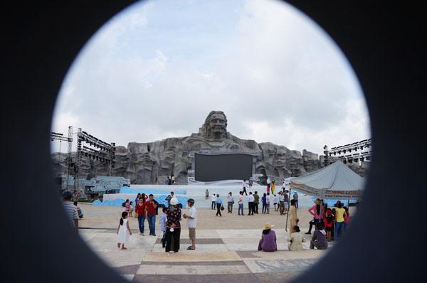 Dân đổ về tham quan tượng đài Mẹ Việt Nam Anh hùng - 5