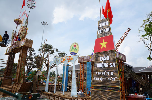 Dân đổ về tham quan tượng đài Mẹ Việt Nam Anh hùng - 11