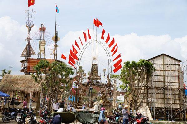 Dân đổ về tham quan tượng đài Mẹ Việt Nam Anh hùng - 13