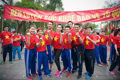 HH Kỳ Duyên mặc áo cờ đỏ sao vàng chạy bộ ở Hồ Gươm - 2
