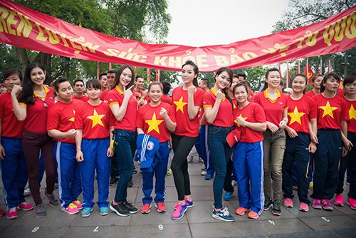 HH Kỳ Duyên mặc áo cờ đỏ sao vàng chạy bộ ở Hồ Gươm - 1