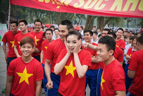HH Kỳ Duyên mặc áo cờ đỏ sao vàng chạy bộ ở Hồ Gươm - 3