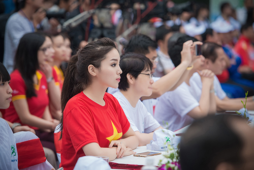 HH Kỳ Duyên mặc áo cờ đỏ sao vàng chạy bộ ở Hồ Gươm - 6