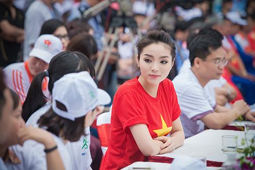 HH Kỳ Duyên mặc áo cờ đỏ sao vàng chạy bộ ở Hồ Gươm - 7