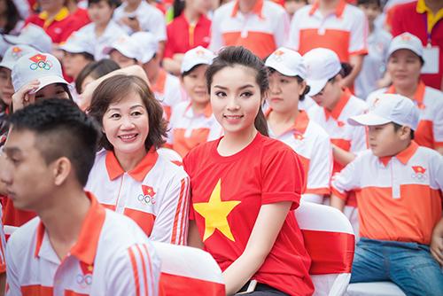 HH Kỳ Duyên mặc áo cờ đỏ sao vàng chạy bộ ở Hồ Gươm - 4