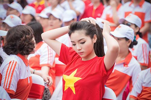 HH Kỳ Duyên mặc áo cờ đỏ sao vàng chạy bộ ở Hồ Gươm - 5