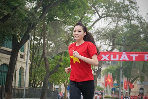 HH Kỳ Duyên mặc áo cờ đỏ sao vàng chạy bộ ở Hồ Gươm - 12
