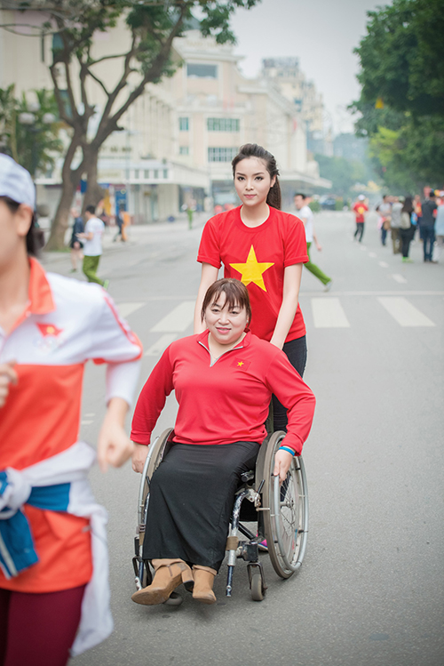 HH Kỳ Duyên mặc áo cờ đỏ sao vàng chạy bộ ở Hồ Gươm - 11