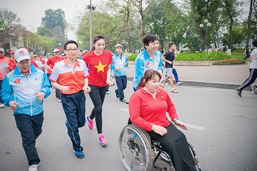 HH Kỳ Duyên mặc áo cờ đỏ sao vàng chạy bộ ở Hồ Gươm - 10