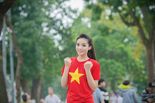 HH Kỳ Duyên mặc áo cờ đỏ sao vàng chạy bộ ở Hồ Gươm - 13