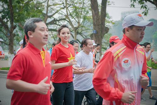 HH Kỳ Duyên mặc áo cờ đỏ sao vàng chạy bộ ở Hồ Gươm - 8