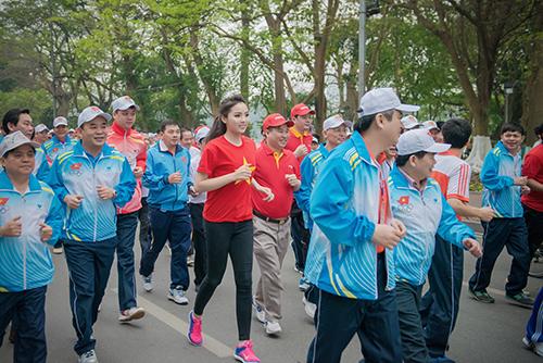 HH Kỳ Duyên mặc áo cờ đỏ sao vàng chạy bộ ở Hồ Gươm - 9