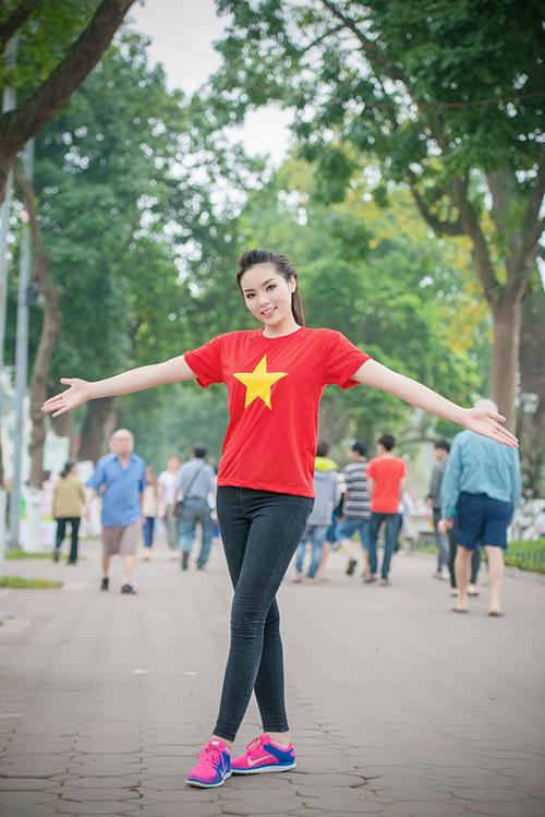 HH Kỳ Duyên mặc áo cờ đỏ sao vàng chạy bộ ở Hồ Gươm - 14