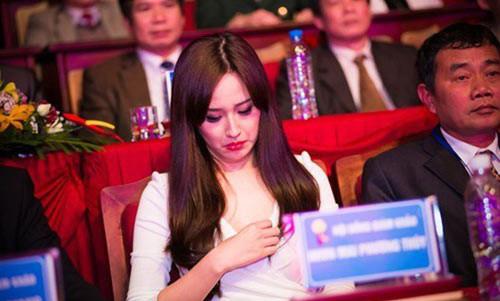 """Người đẹp Việt """"hồn nhiên"""" chỉnh sửa áo xống nơi đông người - 2"""