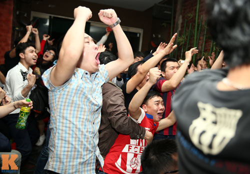 Fan Barca thức trắng đêm ăn mừng chiến thắng - 7