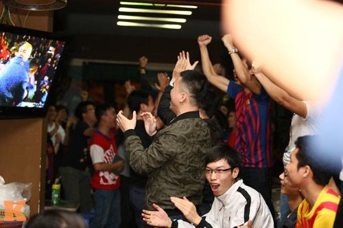 Fan Barca thức trắng đêm ăn mừng chiến thắng - 12