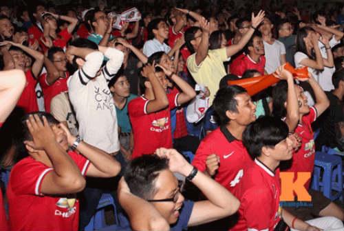 """Hạ knock-out """"kình địch"""" Liverpool, fan MU mở hội - 8"""
