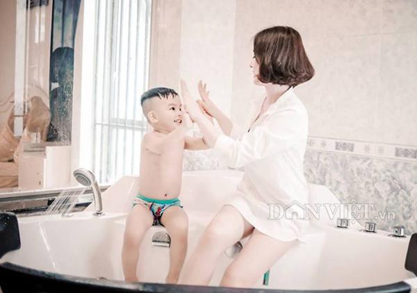 """Bộ ảnh """"Mom & Son"""" ngọt ngào của hot girl trường báo - 1"""