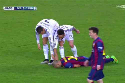 """Ronaldo, Mascherano trình diễn """"tuyệt kỹ"""" ăn vạ - 1"""