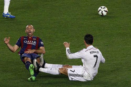 """Ronaldo, Mascherano trình diễn """"tuyệt kỹ"""" ăn vạ - 2"""
