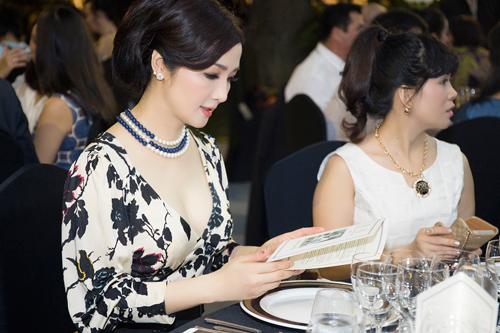 Hoa hậu Giáng My diện váy hàng hiệu gợi cảm - 4