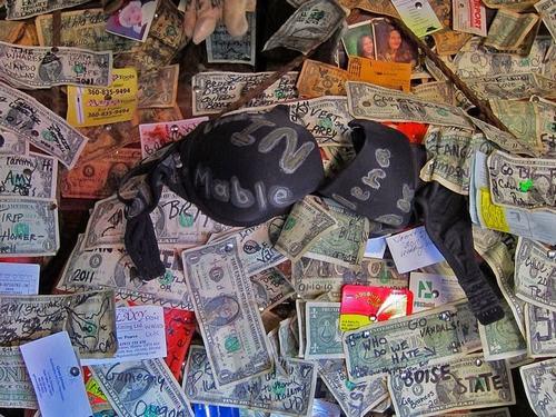 Hoa mắt vì quán bar được trang trí toàn bằng đô la - 2