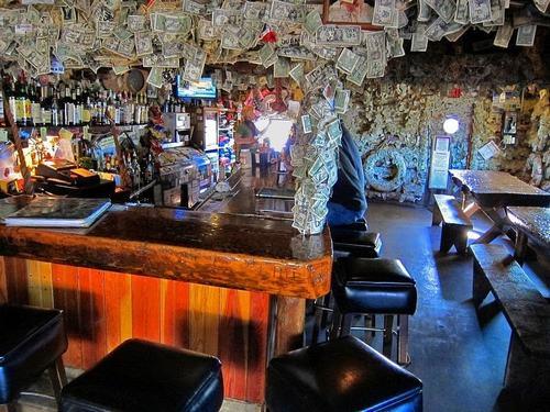Hoa mắt vì quán bar được trang trí toàn bằng đô la - 1