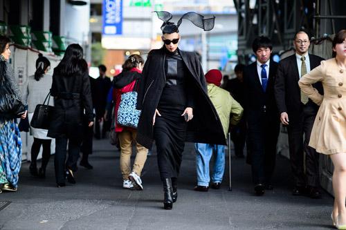"""Bạn trẻ Tokyo cực """"dị"""" với mũ tai thỏ, quần vá - 1"""
