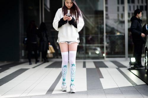 """Bạn trẻ Tokyo cực """"dị"""" với mũ tai thỏ, quần vá - 4"""