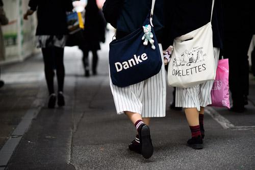 """Bạn trẻ Tokyo cực """"dị"""" với mũ tai thỏ, quần vá - 12"""