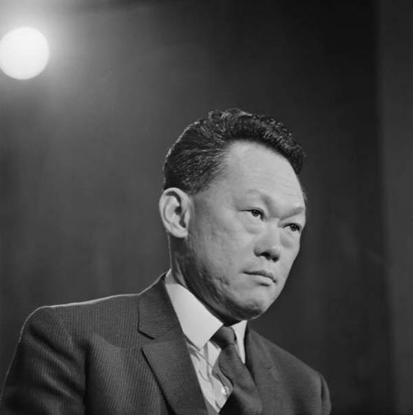 """Cựu thủ tướng Singapore Lý Quang Diệu (1923-2015) trong bức ảnh được chụp năm 1969. Ông Lý vừa qua đời vào hồi 3h18 sáng nay (theo giờ Singapore), hưởng thọ 91 tuổi. Thủ tướng đầu tiên của Singapore ra đi sau hơn một tháng nằm viện vì bệnh viêm phổi cấp tính để lại nhiều di sản cho """"quốc đảo Sư tử"""" nói riêng và cho nhân loại nói chung."""