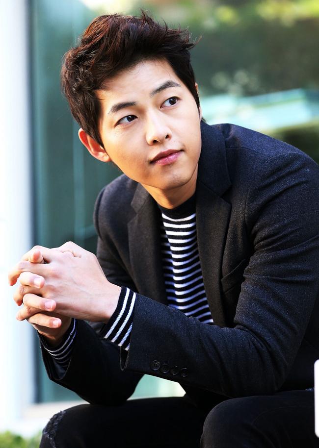 Danh sách 10 Mỹ nam Hàn được yêu thích nửa đầu năm 2015 được bình chọn dựa trên kết quả bình chọn của các công ty giải trí xứ kim chiKBS, MBC, SBC. Trong ảnh là nam diễn viên Song Joong Ki