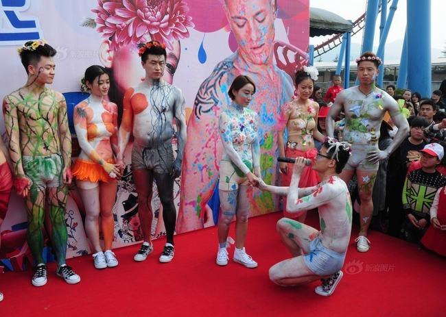 """"""" Lễ hội cưới khỏa thân tập thể """"  tại Hàng Châu diễn ra ngày 22.03 vừa qua thu hút nhiều sự chú ý từ dư luận Trung Quốc."""