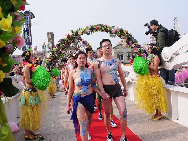 Tất cả cô dâu chú rể trong đám cưới đều chỉ che thân bằng đồ lót và nghệ thuật vẽ lên cơ thể body painting.