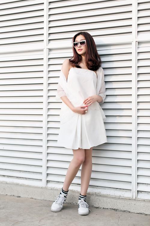 Đầm kết hợp với giày thể thao với tone trắng tôn lên gương mặt thanh thoát, khi được kết hợp cùng giày thể thao sẽ tôn lên nét đẹp ấn tượng.