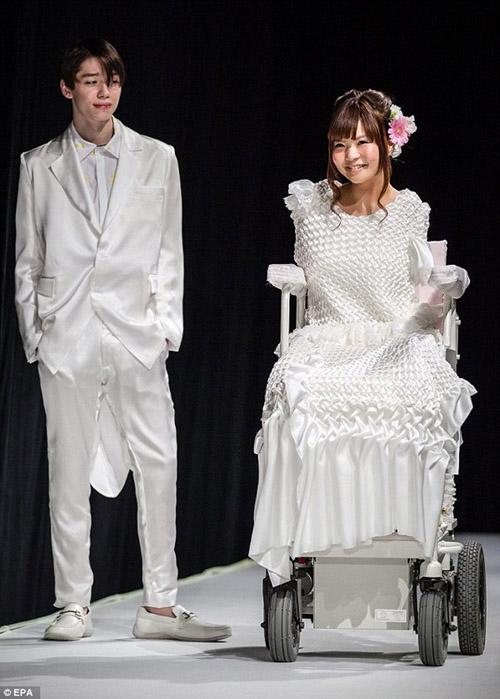 TQ: Sốc với tín đồ mặc mỗi nội y đi xem thời trang - 5